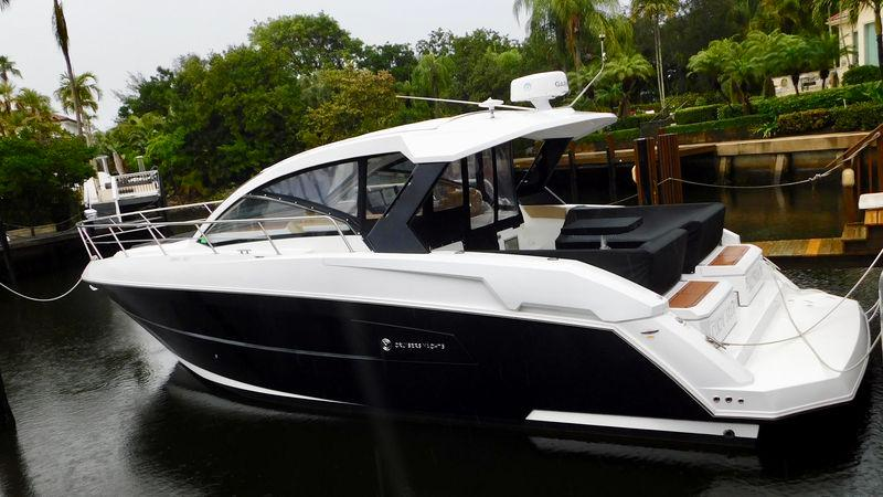 39' 2015 Cruisers Yachts Express Coupe
